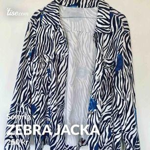 Supercool zebrajacka med blåa rosor!