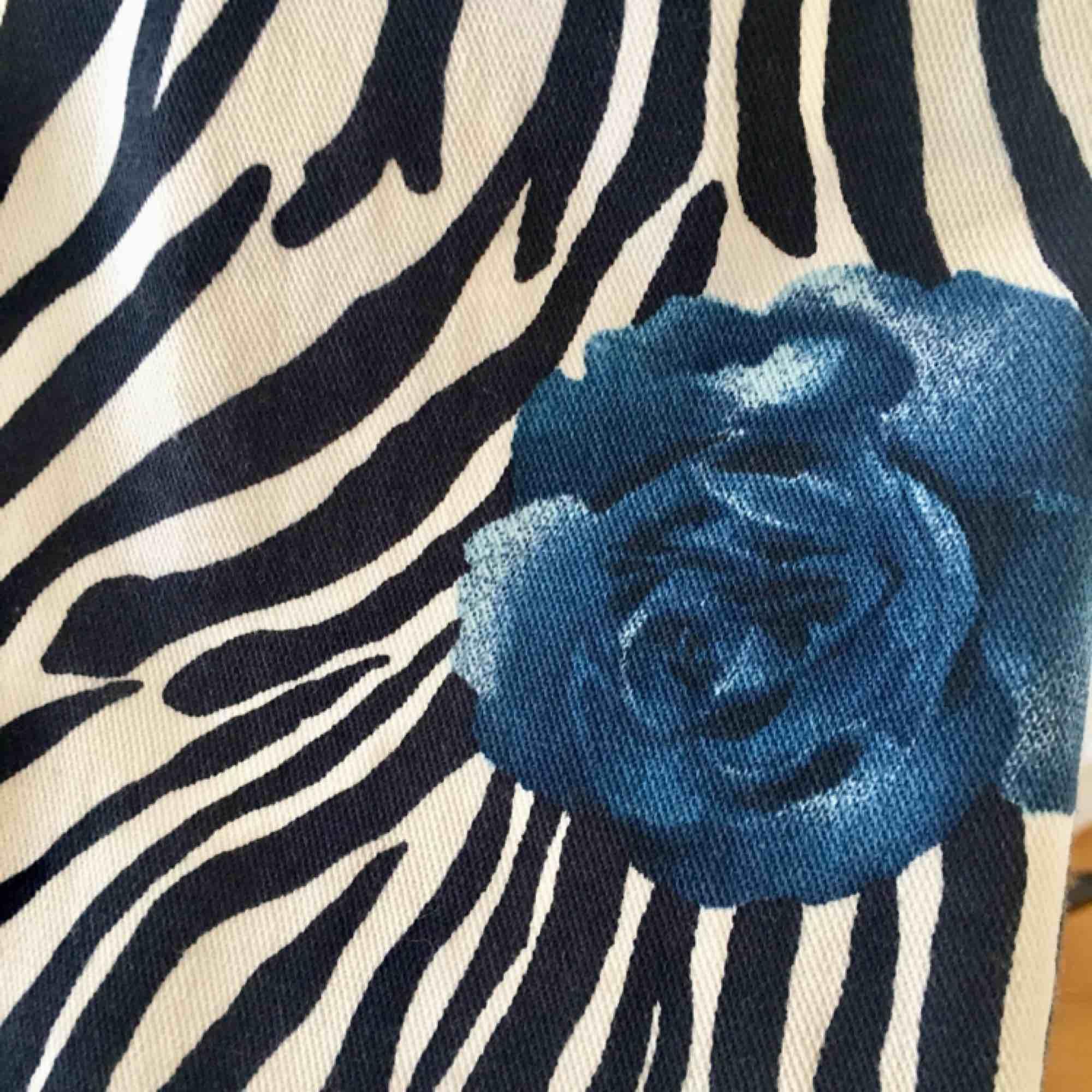 Supercool zebrajacka med blåa rosor!. Jackor.