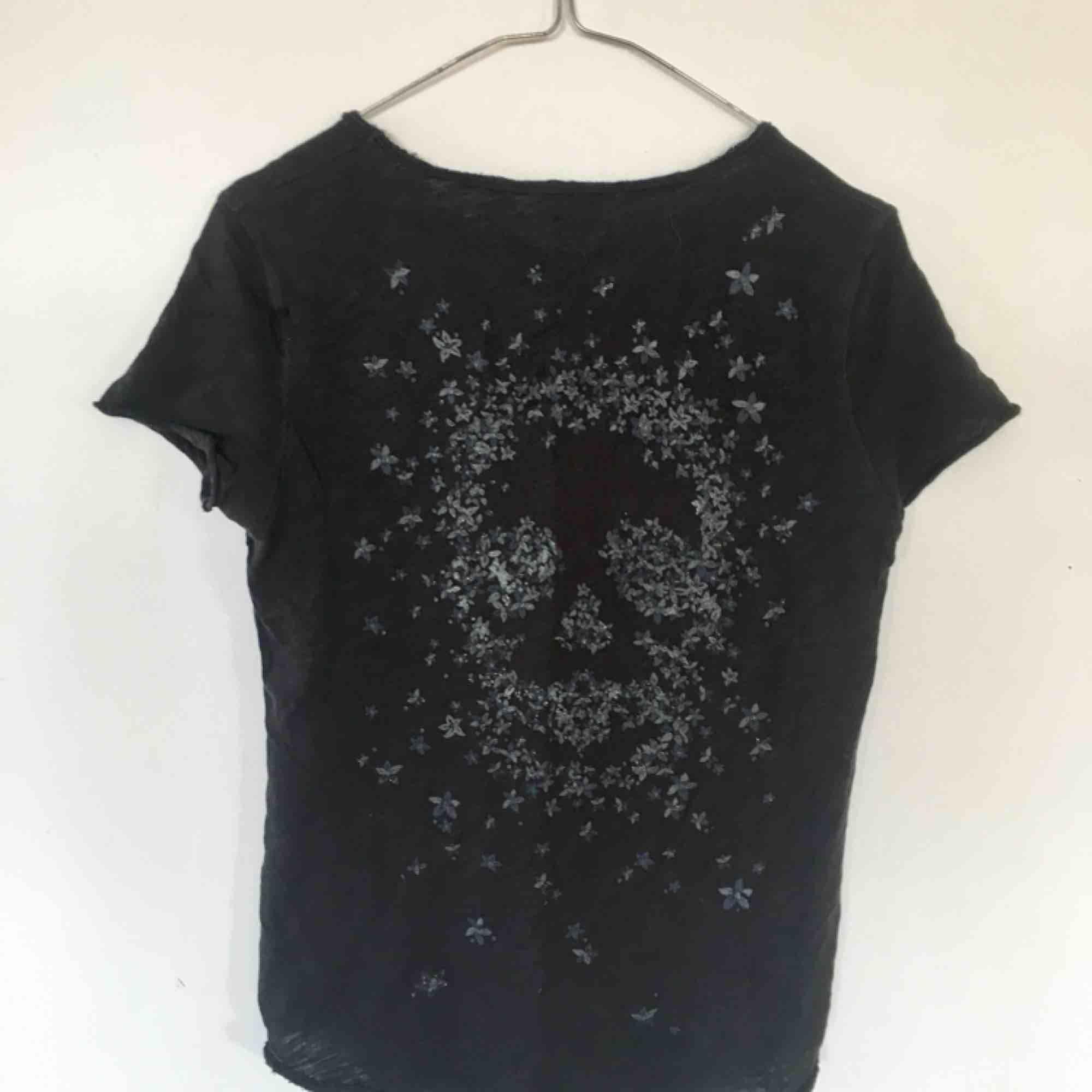 Säljer en av mina ZadigT-shirtar! Superfin med cool rygg!. T-shirts.