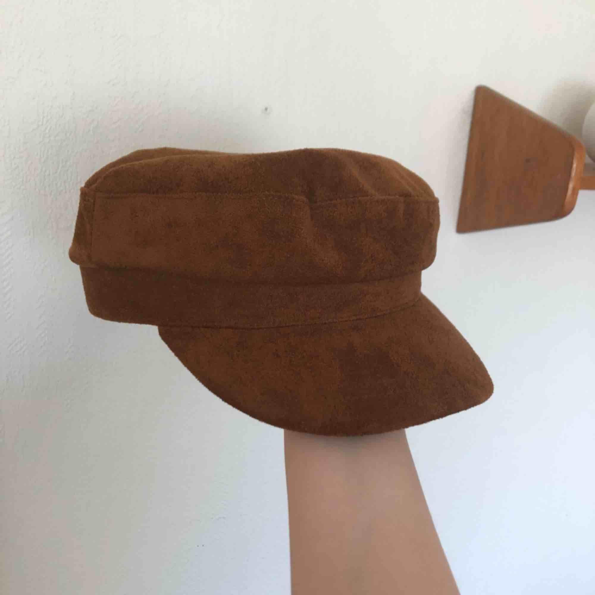 En så snygg mocka hatt/mössa???🥰🥰  Köpt i New York på forever 21!!  Köparen står för frakten ca 38kr 🥰. Accessoarer.