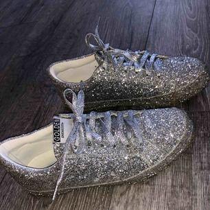 SKITBALLA skor i endast silvrigt glitter! Använda ca 4 gånger. Man tror att dem är stela och osköna men dem är faktiskt jätte bekväma! Dem var stela innan men satte in dom i ugnen (hehe) och då töjde dom ut sig! ☺️😃☺️😃