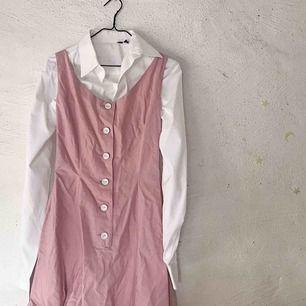 Otroligt fin vintage klänning köpt på secondhand i mycket fint skick. Har aldrig använt själv utan legat i garderoben (därför lite skrynklig 🥰). Skjortan medföljer ej. Kan skicka fler bilder!! Frakt tillkommer 🌹