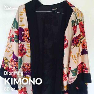 Somrig och bohemisk kimono med ett blommigt mönster!