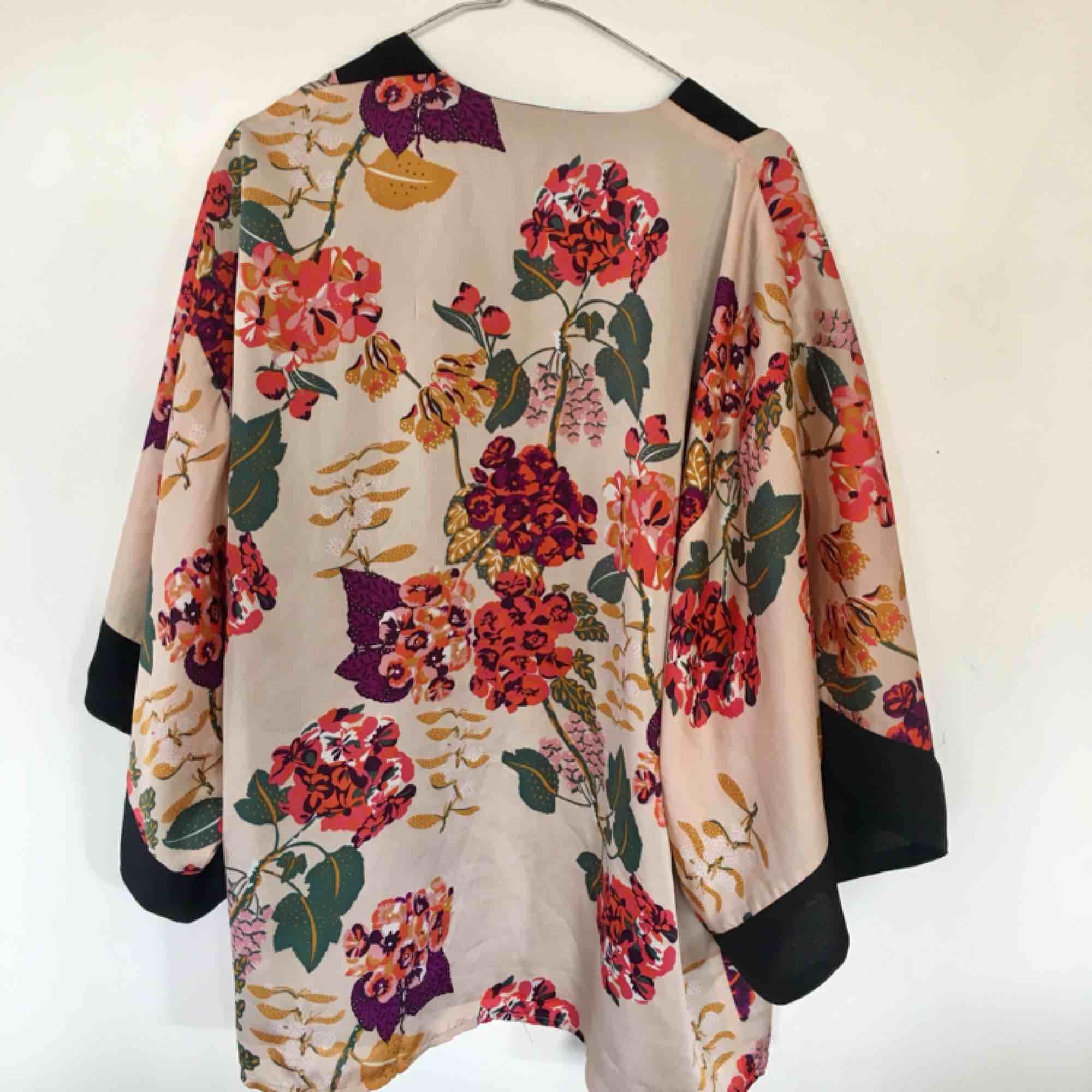 Somrig och bohemisk kimono med ett blommigt mönster!. Tröjor & Koftor.