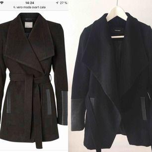 Säljer en fint använd svart kort kappa med skinn detaljer från Vero Moda💞💞