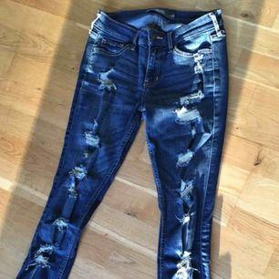 Säljer mina hollister jeans i storlek w25. Knappt använda!