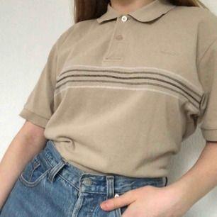 Cool tröja i fint skick. Observera bild nummer två har dåligt ljus, bild ett visar den riktiga färgen på tröjan. Frakt tillkommer