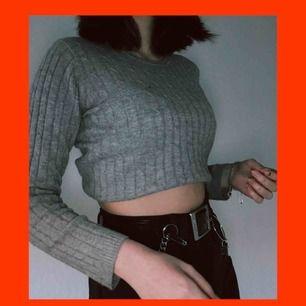 """en stickad grå tröja köpt i kappahl. den är av märket hampton republic. den är i en strl 146/152 men passar mig som är xs/s och kan nog passa m också. tröjan har """"27"""" skrivet i rosa. frakten är redan inräknat i priset :)"""