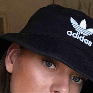 En bucket hat från adidas, köpt förra året. Tyvärr kommer den aldrig till användning. Köparen står får frakt.