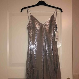 Säljer min Linn Ahlborg fest klänning då den inte passar min kroppsform storlek 36 och aldrig använd! Köpare står för frakt