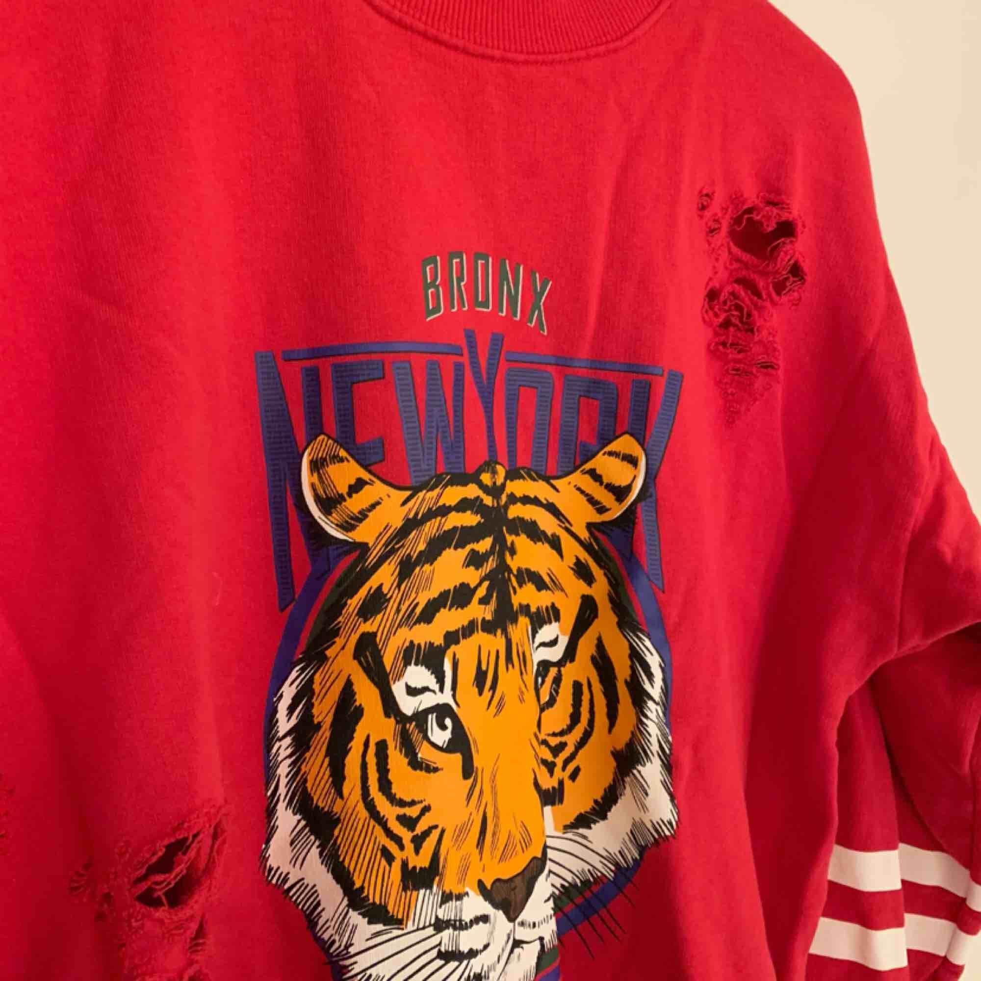 En mysig tröja från Gina! Sparsamt använd! Köparen står för frakt!. Tröjor & Koftor.