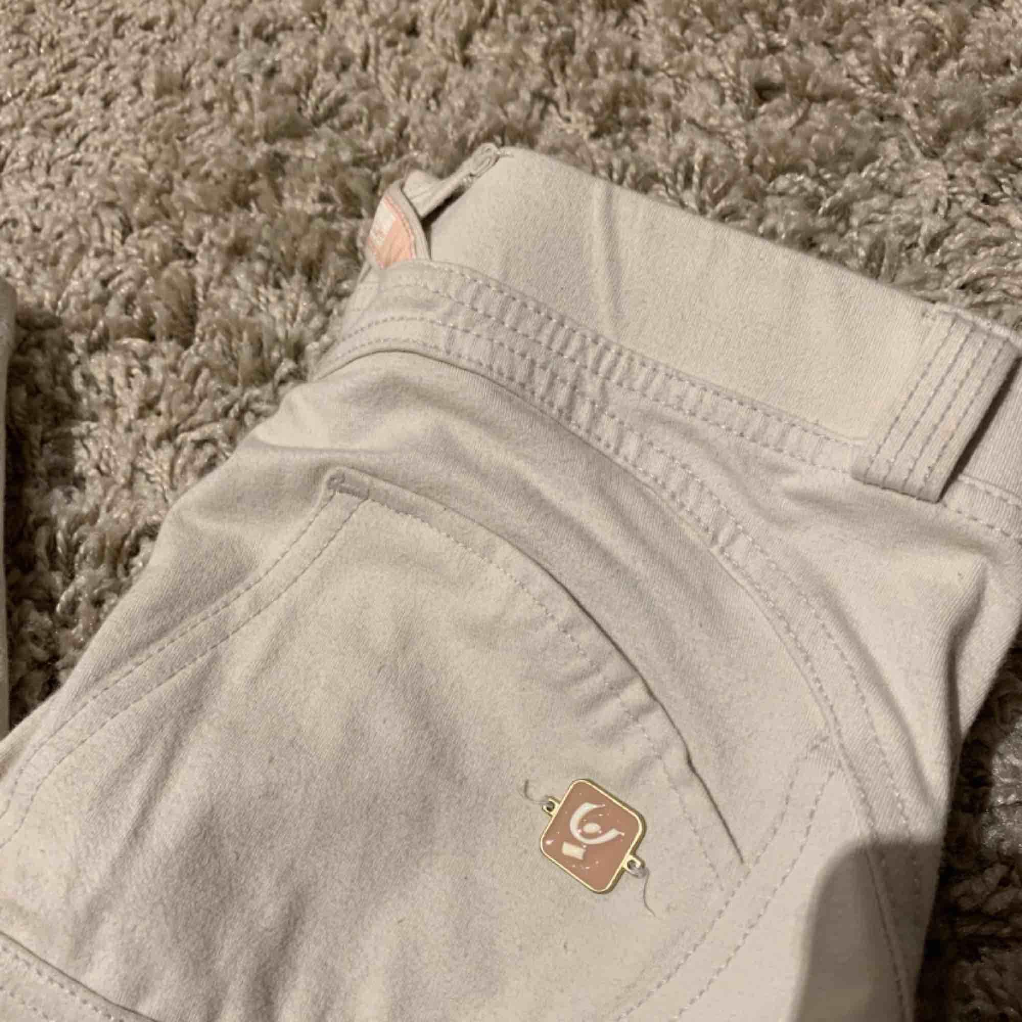 Suuupersköna ljusbeiga Freddy Wrup byxor som är använda ca 2 gånger, dem är hela och i väldigt bra skick! Köparen står för frakt! Nypriset var 900 kr. Jeans & Byxor.