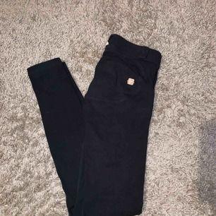 Ett par jääättesköna byxor från Freddy Wrup som är sparsamt använda! Hela och fina! Köparen står för frakt! Nypriset var 900 kr