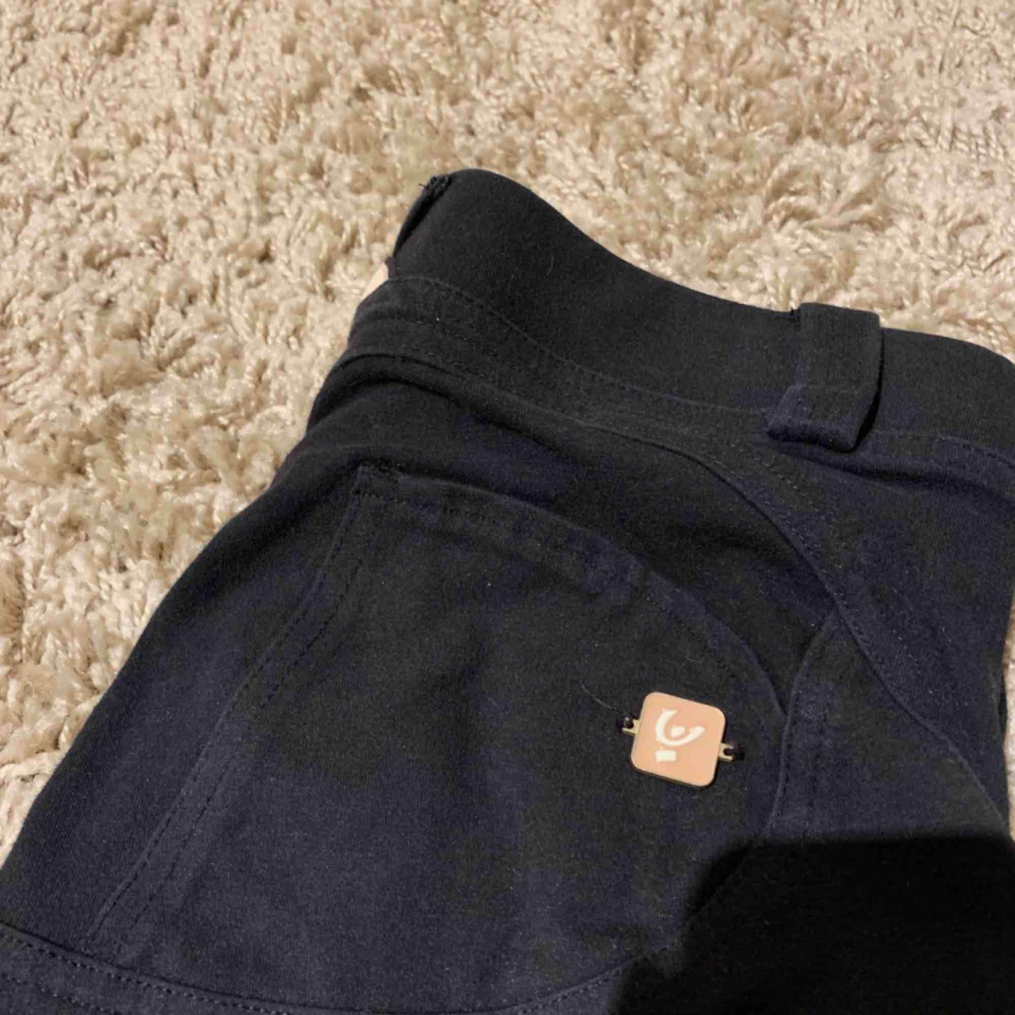 Ett par jääättesköna byxor från Freddy Wrup som är sparsamt använda! Hela och fina! Köparen står för frakt! Nypriset var 900 kr. Jeans & Byxor.