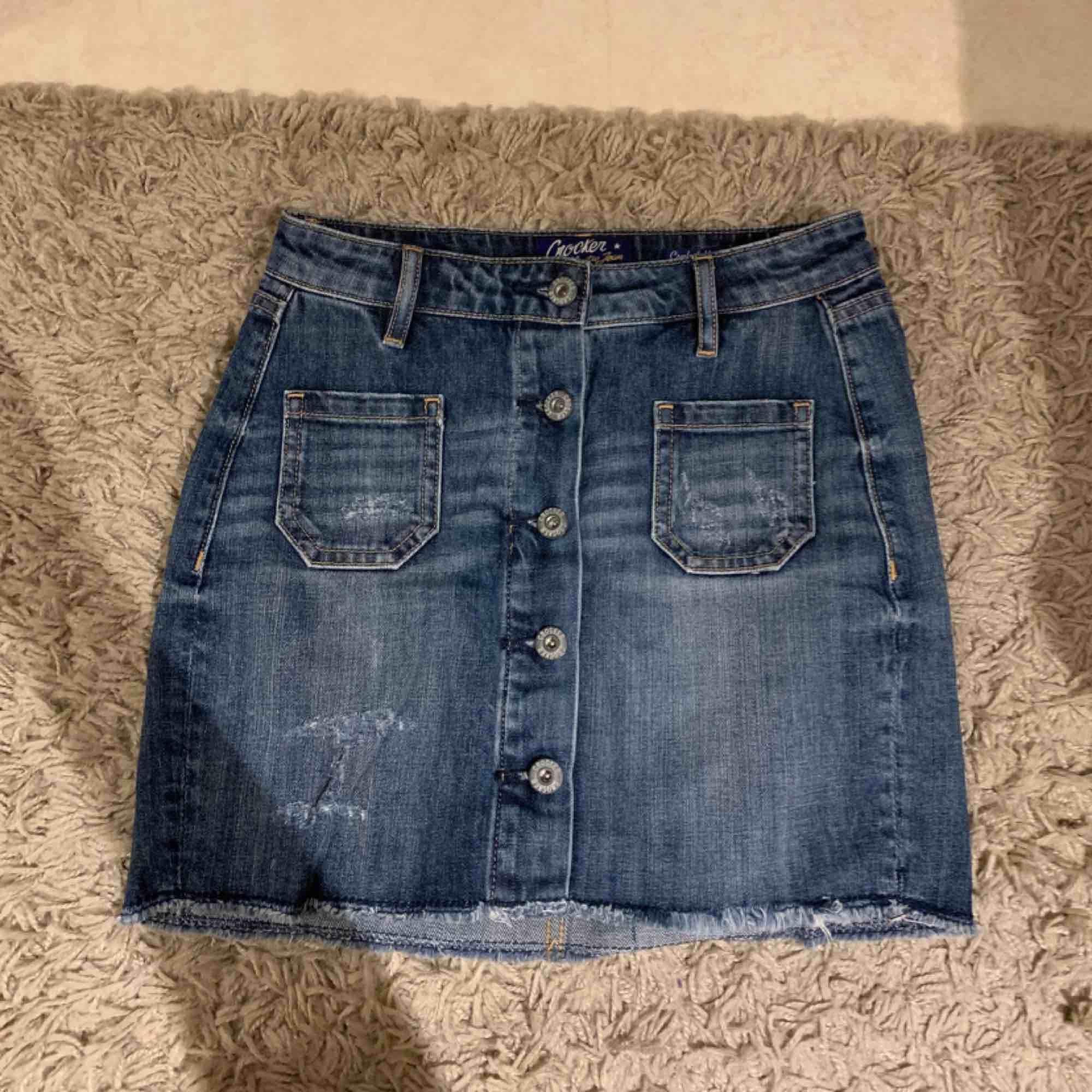 Jättefin jeanskjol från crocker som jag nu säljer pga att den har blivit förliten! Köparen står för frakt!. Kjolar.