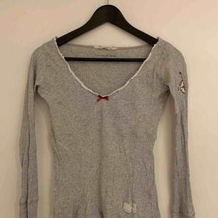 En grå långärmad tröja från Odd Molly! Sparsamt använd och superfin och skön! Köparen står för frakt!