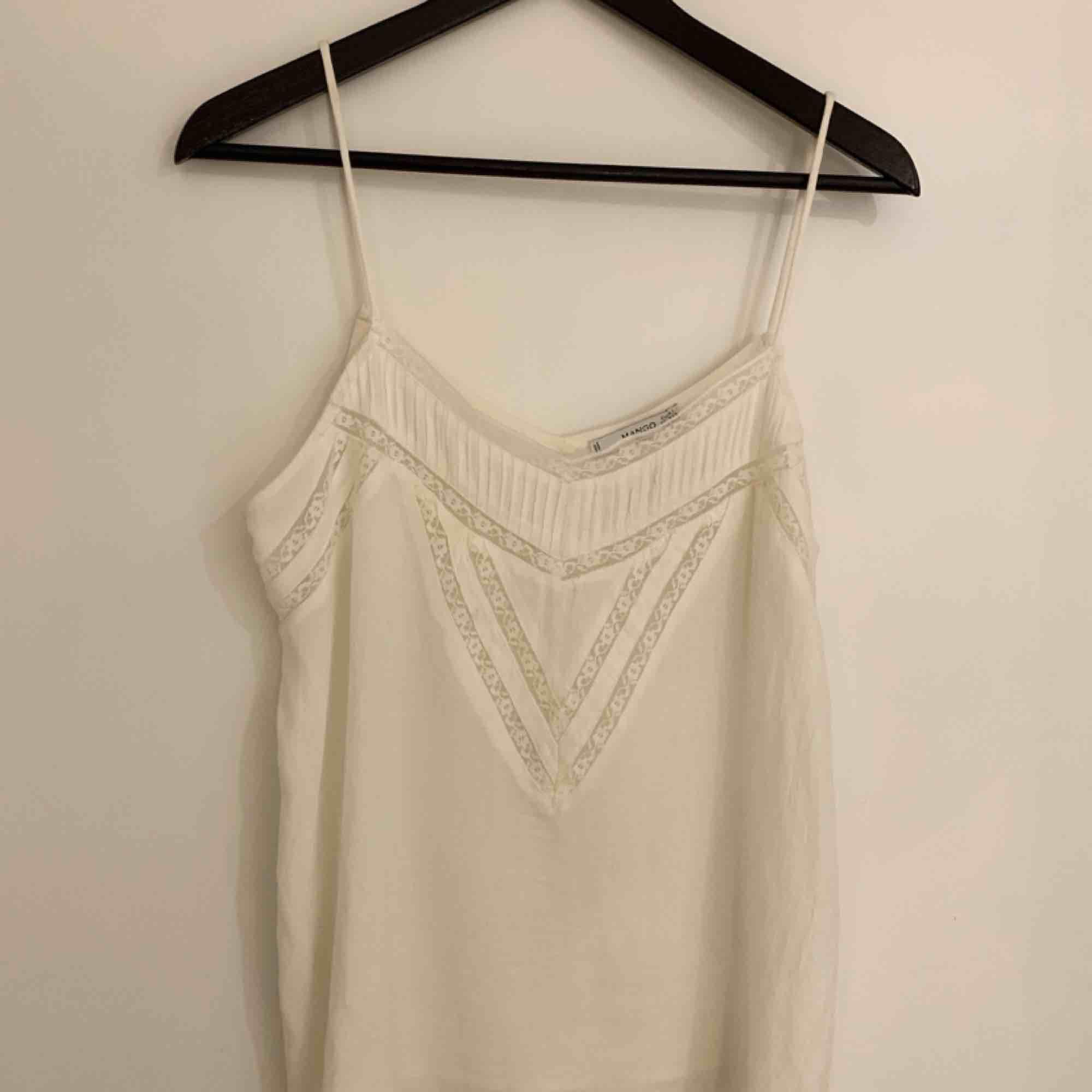 En jättefin vitt och somrigt linne med spets upptill som är knappt alls är använd! Köparen står för frakt!. Toppar.