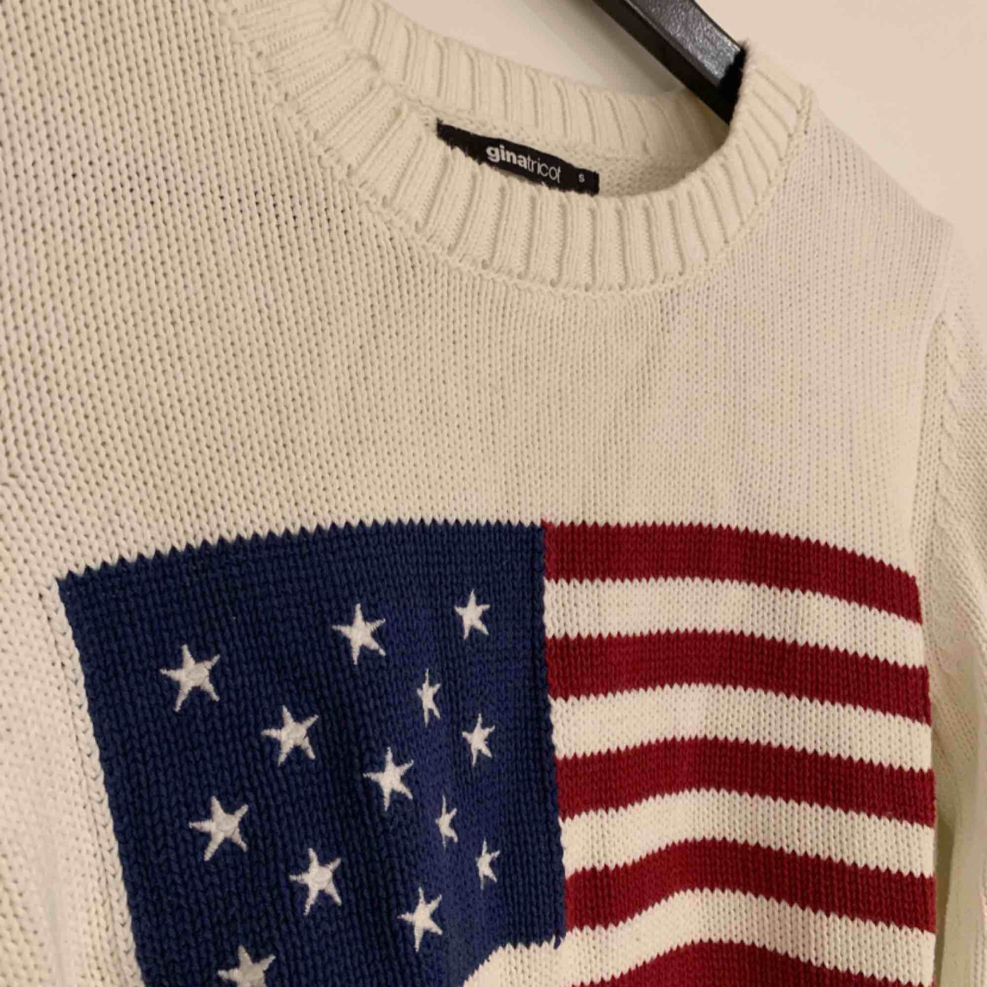 En superskön stickad tröja med USA flaggans mönster som är sparsamt använd! Köparen står för frakt! . Stickat.