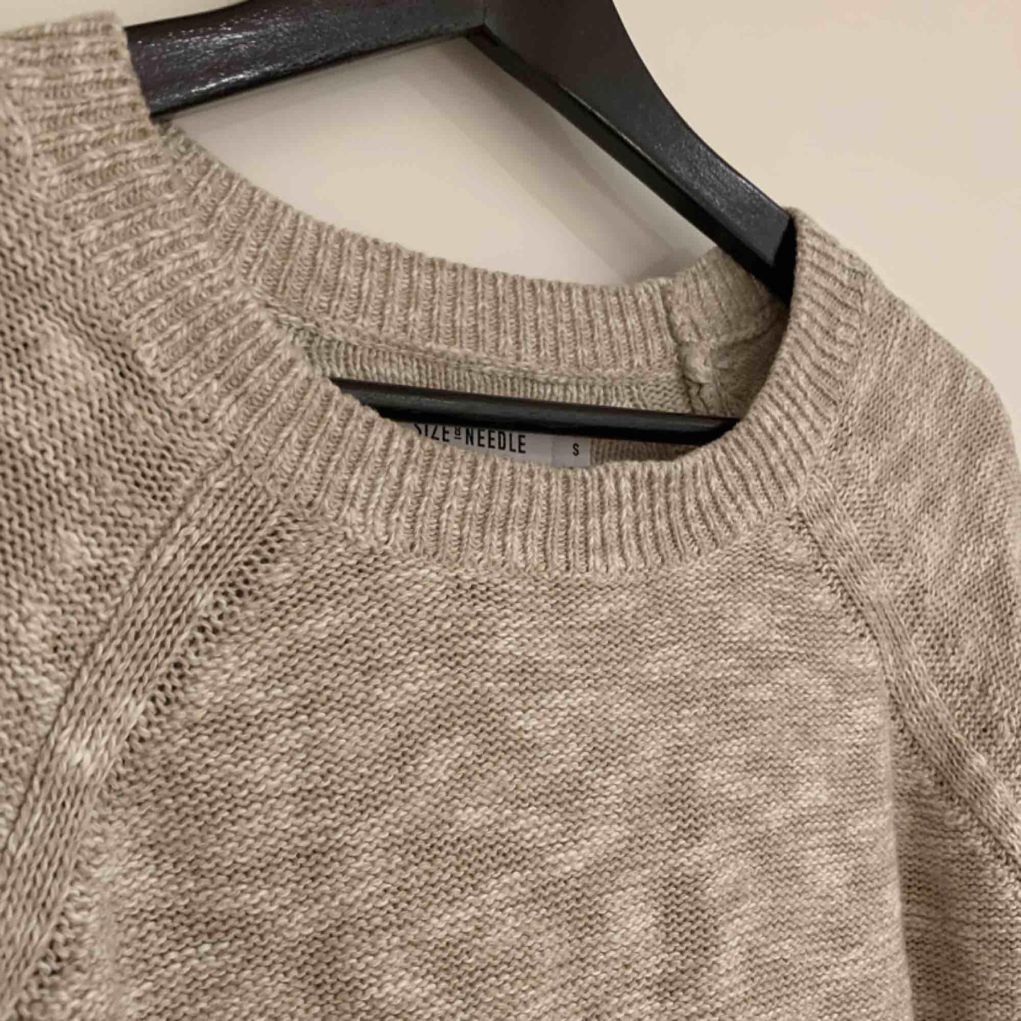 Fin stickad tröja som är lite beige/vit-melerad! Köparen står för frakt!. Stickat.