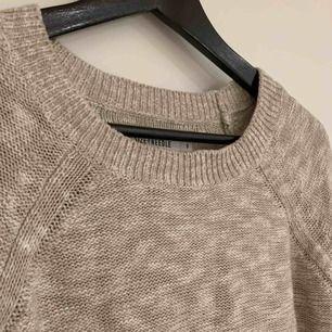 Fin stickad tröja som är lite beige/vit-melerad! Köparen står för frakt!