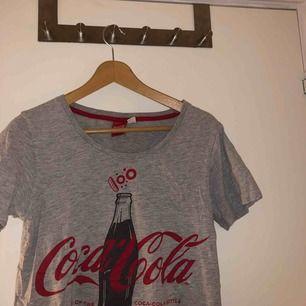 En häftig coca cola tröja. Jag köpte den som sovtröja men man kan över använda den som vanlig tröja. Köparen står för frakt & allt tvättas innan!😆🤜🏽✌🏼