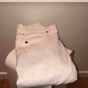 Vita dr demin jeans som sitter super fint, tighta hela vägen och i super skick!  Inte uttöjda på ngt sätt men pga stretch passar den 32-36 ungefär +50 frakt och priset kan diskuteras