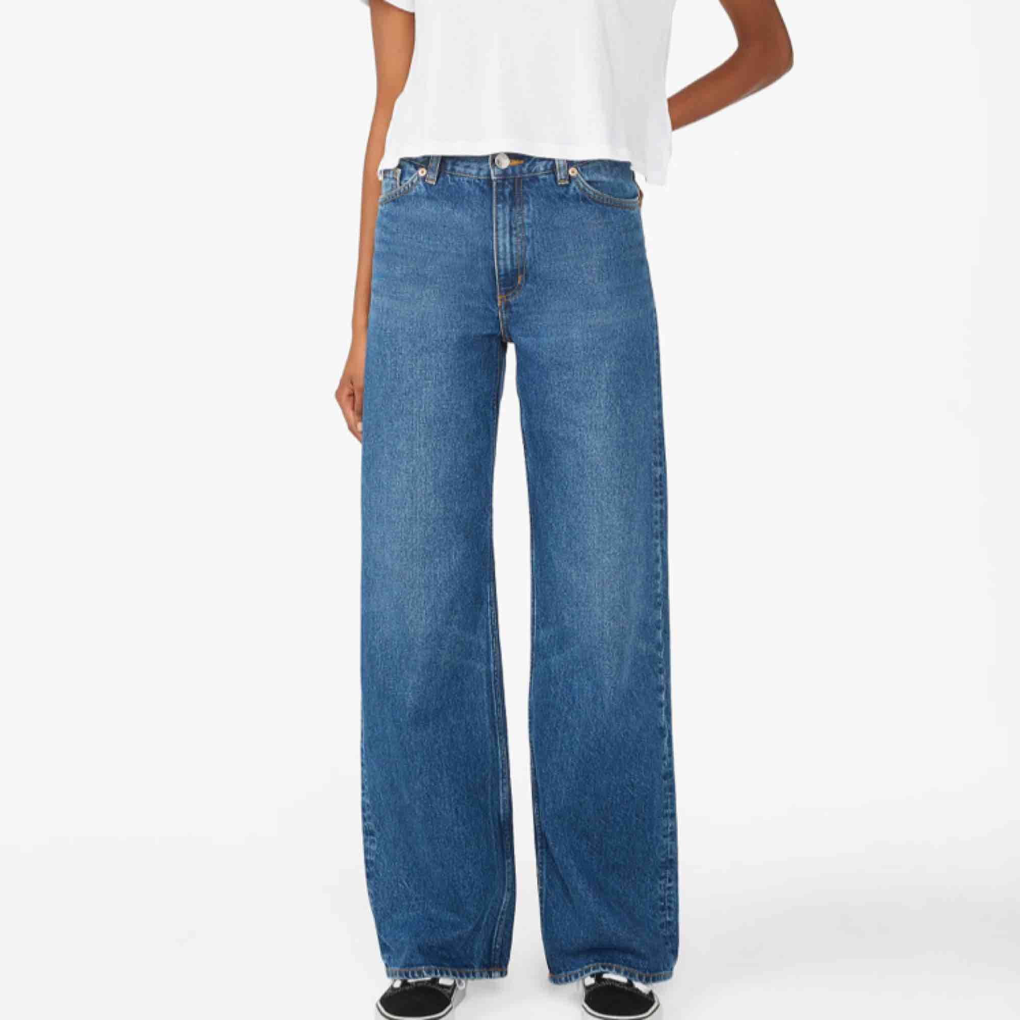 Säljer mina i princip nya jeans från Monki i modellen Yoko. Sjukt snygga och lösa i modellen. Jeansen var för långa för mig så de är omsydda så att de passar mig som är 1.63!! Så skulle säga att de passar folk mellan 1.60-1.65. Frakt ingår! . Jeans & Byxor.