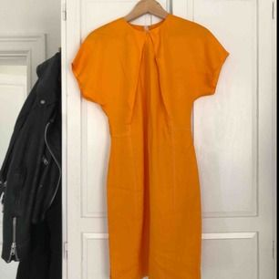 Skitsnygg klänning från ACNE behöver nu ett nytt hem! Jag har kört en garderobsrensning och tyvärr var det dags för denna☀️ perfekt till våren! Sömmen har gått upp lite längst ner, därav priset! postnords skicka lätt eller hämta i gamla stan!