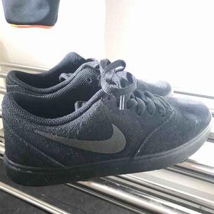 Ett par skor från Nike sb! Jättesköna och snygga, kommer aldrig till användning så endast använda ca 3 gånger.