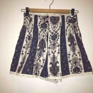 Såå fina shorts!!! Med fickor och spets kanter. Frakt tillkommer.