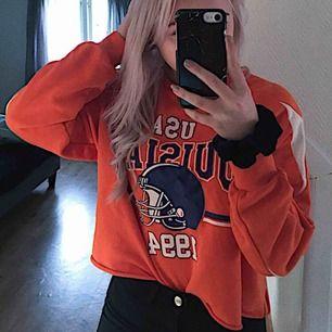 En orange croppad sweatshirt, som är extremt skön. Inte min stil därför säljs den