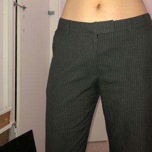randiga gråa kostymbyxor i rak modell, fint skick :-)