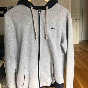 Skit cool Lacoste zipper hoodie i suveränt skick.