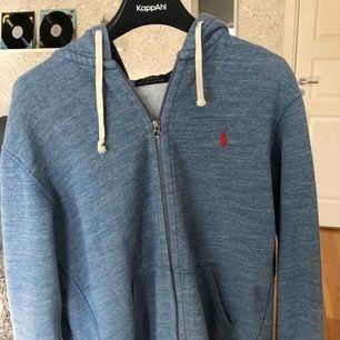 Riktigt fet Raffe zipper hoodie i L (passar M med). Jätte bra kvalitet och skick. Riktigt snygg blå färg till sommaren. Köpt för 1100 kr i USA på Ralph Lauren.