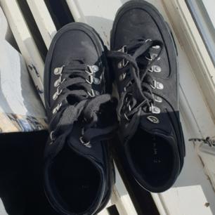Snygga svart skor, använt dom 1 gång tidigare. Dom är inte alls klumpiga även fast det kan se ut så. Man blir ju lite länge i dom också. Köpte dom för 459 kr. Frakten ingår.