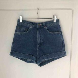 Högmidjade jeansshorts från American Apparel i storlek 25! Köptes för 550 kr och är i perfekt nyskick🌻