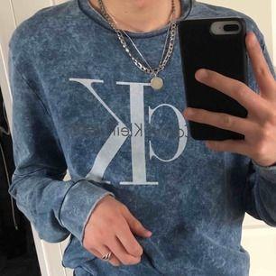 Riktigt cool och vintage looking Calvin Klein sweatshirt i storlek L!! Passar lätt M och snygg oversized på mindre storlekar. Lite skadad på mudden men inget man tänker på och boostar bara vintage känslan.