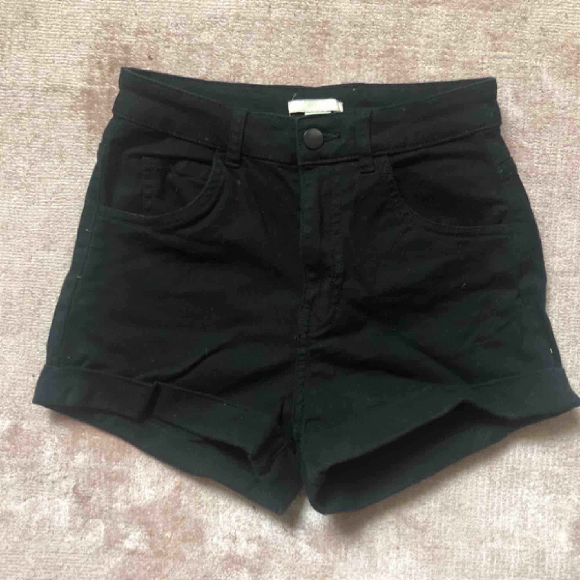 Svarta jeansshorts från hm. Oanvända.. Shorts.