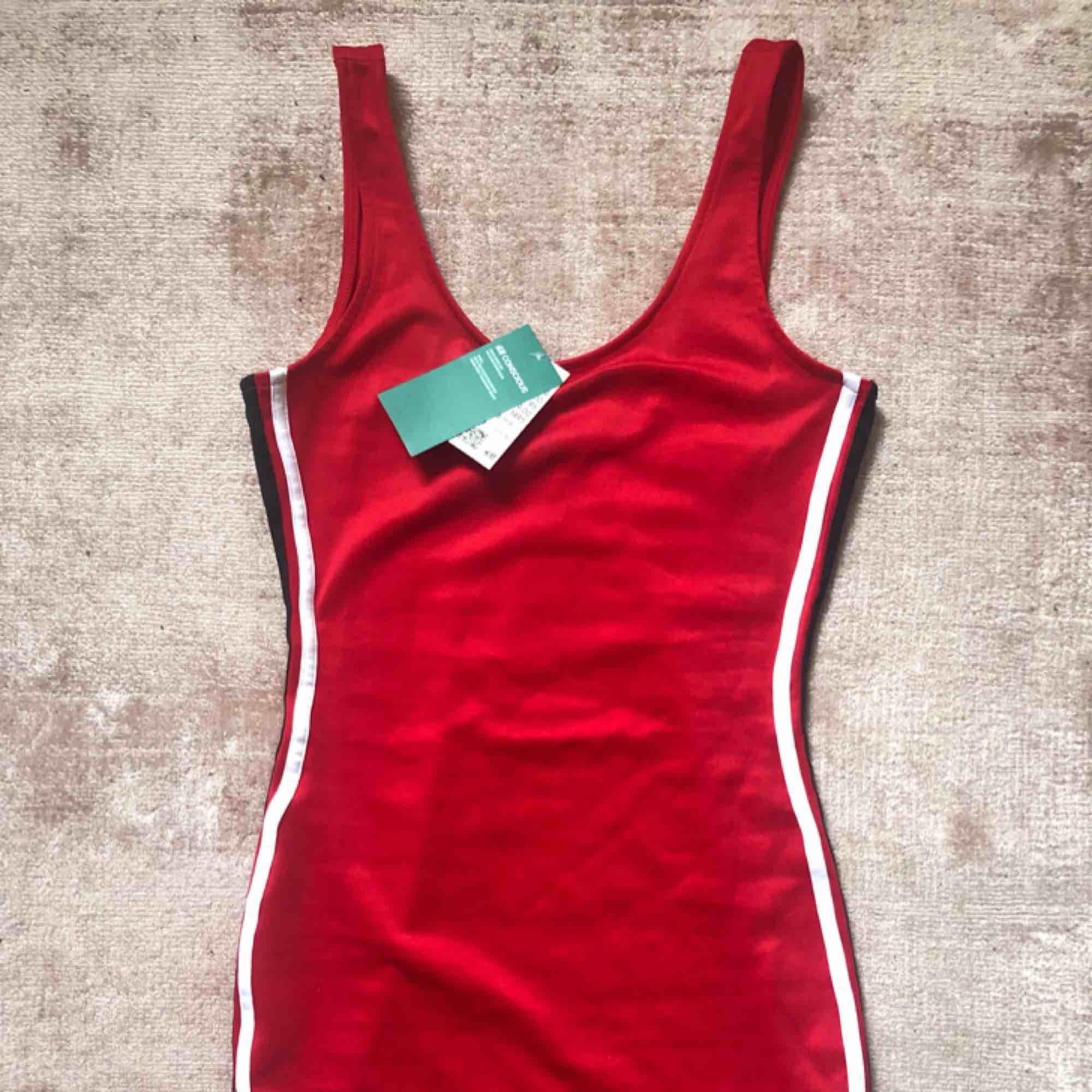 Röd känning med stripes i sidan. Från hm. Helt ny med tags.. Klänningar.