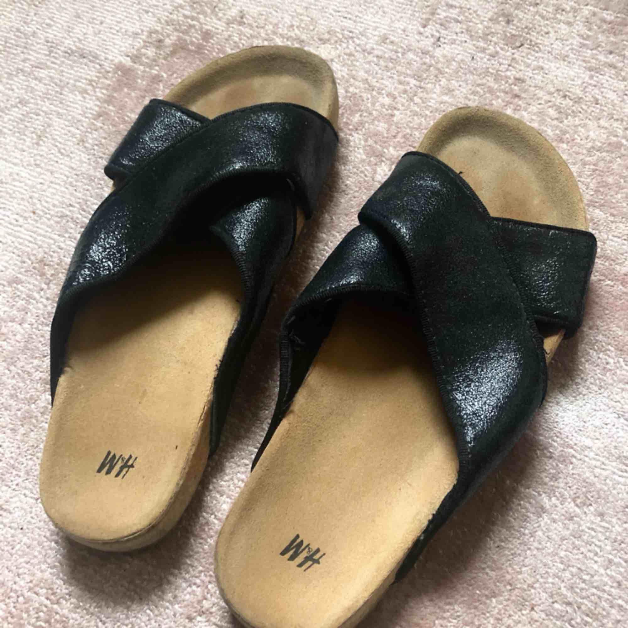 Sandaler från hm. Äkta läder. Nytt fint skick. Nypris 399kr.. Skor.