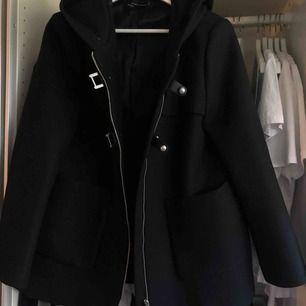 Säljer min jacka/kappa som jag köpte från Zara för ca 500-700, inköpt för några år sedan och använt max 3 gånger. Priset kan diskuteras, köparen står för frakt eller kan mötas i Göteborg ⭐️