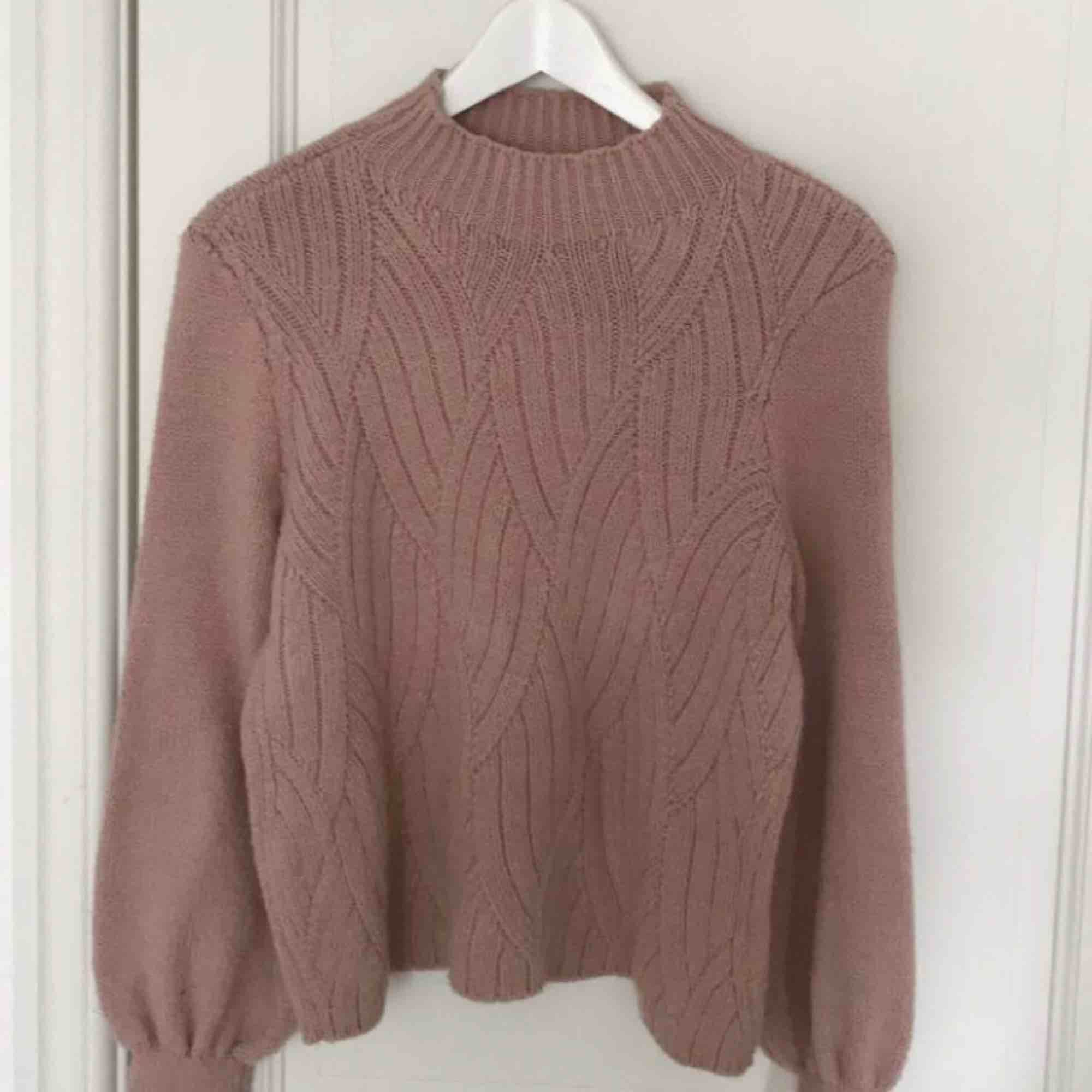 Säljer en rosa stickad tröja från only i storlek xs. Använd två gånger så den är i nyskick.  Hör av er vid eventuella frågor 🌸. Stickat.