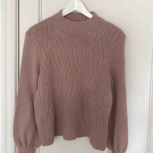 Säljer en rosa stickad tröja från only i storlek xs. Använd två gånger så den är i nyskick.  Hör av er vid eventuella frågor 🌸