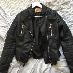 Svart snygg skinn jacka köpt från Chelsea för ca 1 år sen. Säljer pga att jag har tröttnat på den och den är lite för stor. Betalar ej för frakt.