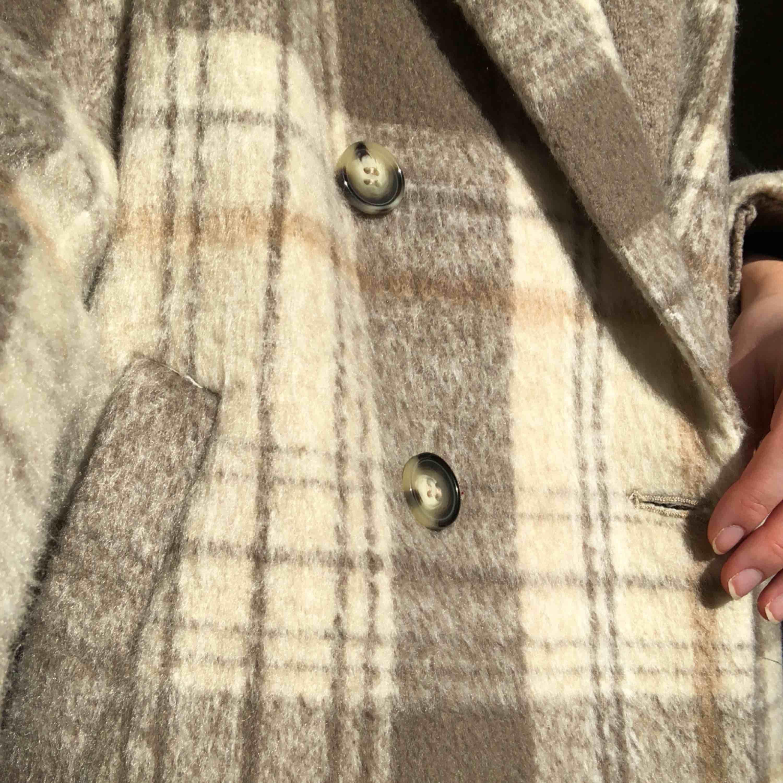 Säljer min näst intill oanvända kappa, endast använt 1 gång.  Köpt på HM för 400kr och nu kan den bli din för endast 200kr;). Jackor.