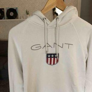 Så bekväm och stilren Gant hoodie i Storlek L, passar M bra med. 1100 nypris och i väldigt gott skick. Ena snöret är lite skadat, men det går att ta ut eller köpa nytt om det skulle vara till besvär.