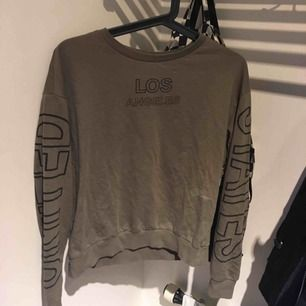 Snygg khakigrön tröja från H&M. Använd få gånger!