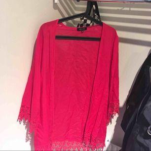 Söt rosa kofta från New Look med spetsdetaljer!
