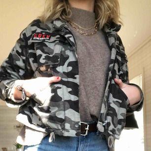Jeans jacka ish med camouflage tryck.  På sista bilden ser ni hur ryggen ser ut! Köpt förra året på H&M men har bara använt den ett fåtal gånger så den är som ny! Köpt för 400kr