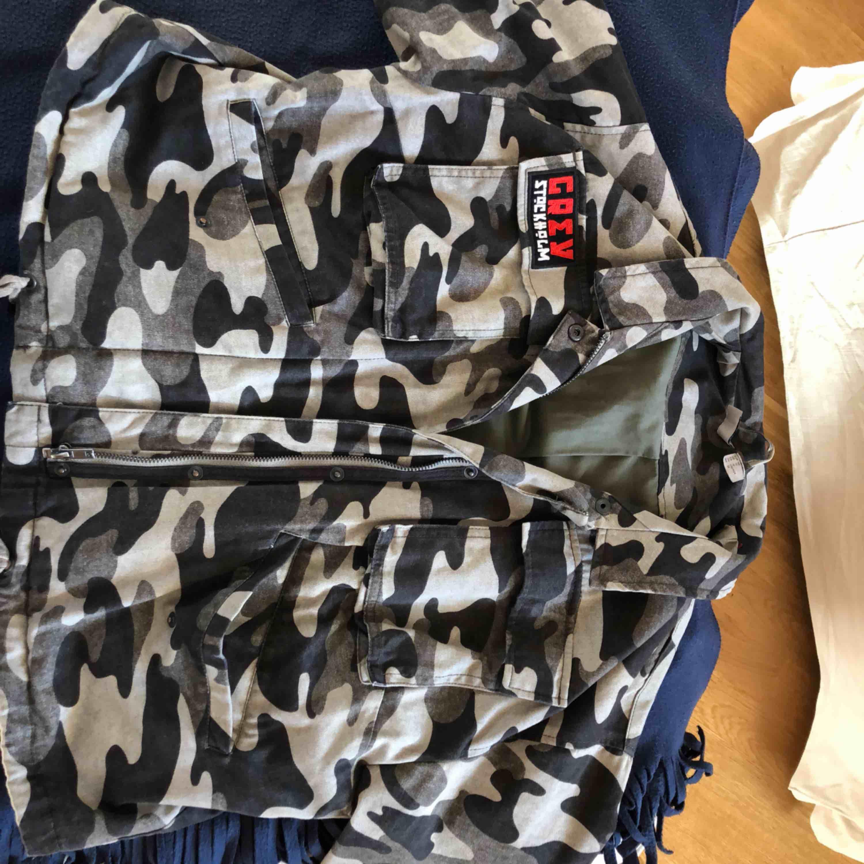 Jeans jacka ish med camouflage tryck.  På sista bilden ser ni hur ryggen ser ut! Köpt förra året på H&M men har bara använt den ett fåtal gånger så den är som ny! Köpt för 400kr . Jackor.